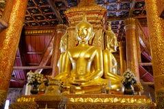 Statue de Bouddha d'or dans la porte photo libre de droits