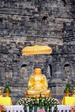 Statue de Bouddha d'or dans le temple de Borobudur images stock
