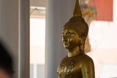 Statue de Bouddha d'or dans le temple thaïlandais image stock