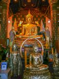 Statue de Bouddha d'or dans le temple de Wat Phra Sri Rattana Mahathat, Phitsanulok, Thaïlande images libres de droits