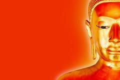 Statue de Bouddha d'isolement avec l'aura jaune sur un fond rouge images stock