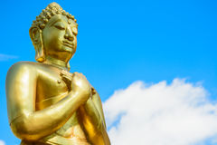 Statue de Bouddha d'or sur le fond de ciel bleu Photo libre de droits