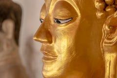 Statue de Bouddha dans des temples thaïlandais photos stock