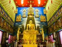 Statue de Bouddha dans l'église de la Thaïlande avec le stuc autour Images libres de droits