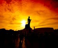 Statue de Bouddha dans le coucher du soleil images stock