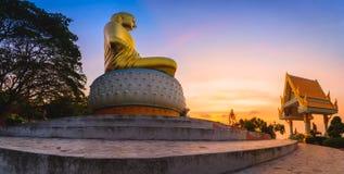 Statue de Bouddha dans le lever de soleil chez Wat Tang Sai Templ Images stock