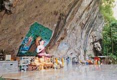 Statue de Bouddha dans une roche dans la forêt antique Image stock
