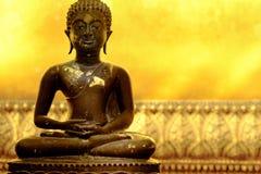 Statue de Bouddha de pose de méditation en atmosphère paisible d'or Image stock