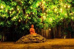 Statue de Bouddha et lumières la nuit, Chiang Mai, Thaïlande Photographie stock libre de droits