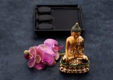Statue de Bouddha, orchidée et pierres de zen Concept de station thermale Photo libre de droits