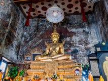 Statue de Bouddha portant les ornamentals antiques démontables de roi Image stock