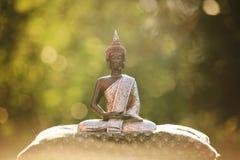 Statue de Bouddha se reposant dans le lotus de zen et méditant en nature Photographie stock