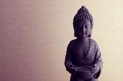 Statue de Bouddha sur un fond beige avec la teinture Photo libre de droits