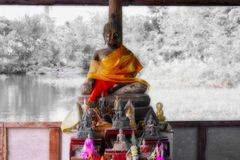 Statue de Bouddha sur un lac photo stock