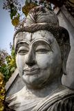 Statue de Bouddha de visage sur le fond blanc Avec le chemin de coupure Images stock
