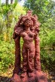 Statue de boue dans un jardin image stock