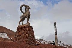 Statue de bouquetin en frontière de terre du Tadjikistan photos stock