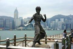 Statue de Bruce Lee sur l'avenue des étoiles en Hong Kong images libres de droits