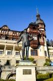 Statue de Carol I au château de Peles Photos stock