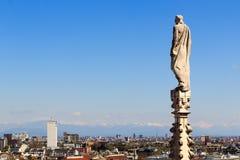 Statue de cathédrale et vue du paysage urbain de Milan Photographie stock libre de droits