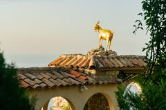 Statue de chèvre d'or dans le beau et historique village d'Eze image libre de droits