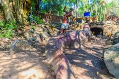 Statue de Chalawan et de Kraithong à l'avant de la caverne de Chalawan (Chalawan est le roi du crocodile dans littéraire thaïland photos stock