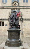 Statue de Charles Darwin en dehors de bibliothèque de Shrewsbury Photos stock