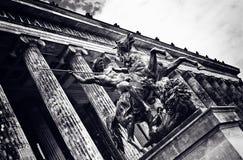 Statue de cheval à la porte du vieux musée à Berlin, Allemagne Photo stock