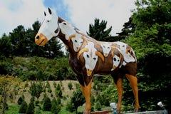 Statue de cheval, peinte avec le thème occidental avec des crânes de vache Image stock
