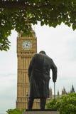 Statue de Chirchill avec Big Ben les Chambres du Parlement Westminster Photo libre de droits
