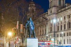 Statue de Churchill pendant la nuit, Londres Photo libre de droits