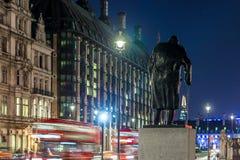 Statue de Churchill pendant la nuit, Londres Image stock