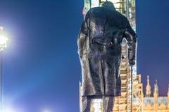 Statue de Churchill pendant la nuit, Londres Images stock