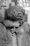 Statue de cimetière d'un enfant triste photo libre de droits
