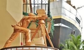 Statue de cinéastes à l'entrée aux studios universels Photos libres de droits