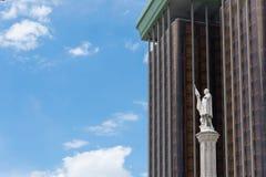 Statue de Colon μπροστά από τους πύργους άνω και κάτω τελειών στη Μαδρίτη στοκ εικόνες