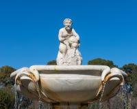 Statue de cupidon dans la fontaine du jardin des roses dans Buen Reti Photographie stock libre de droits