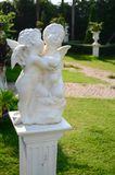 Statue de cupidon dans le jardin Photo stock