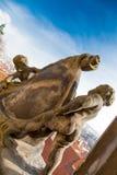 Statue de deux enfants avec le paysage urbain de Prague Photographie stock libre de droits