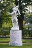 Statue de deux garçons jouants dans le jardin d'été, St Petersburg Photos libres de droits