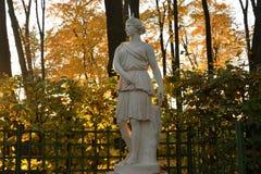 Statue de Diana de déesse à la soirée images stock