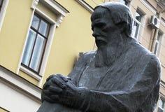 Statue de Dostoevsky dans le St Petersbourg, Russie images stock