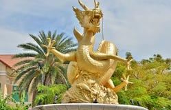 Statue de dragon d'or en parc public de la Reine Sirikit à Phuket Image libre de droits