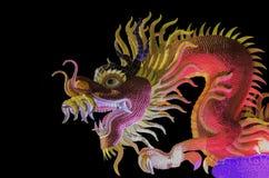 Statue de dragon sur le fond noir photos stock