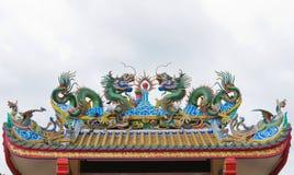Statue de dragons sur le toit du temple chinois Images libres de droits