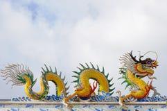 Statue de dragons sur le toit du temple chinois Photos libres de droits