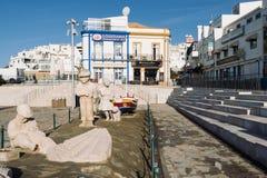 Statue de famille de pêcheur dans la ville d'Albufeira Images stock