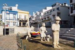 Statue de famille de pêcheur dans la ville d'Albufeira Photo stock