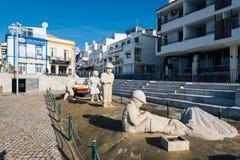 Statue de famille de pêcheur dans la ville d'Albufeira Image stock