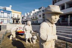 Statue de famille de pêcheur dans la ville d'Albufeira Photos stock